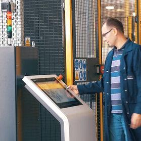Intuicyjna obsługa zrobotyzowanej linii do spawania laserowego dzięki zenon. AIC w pełni kontroluje i monitoruje spawanie laserowe nowoczesnych wymienników ciepła