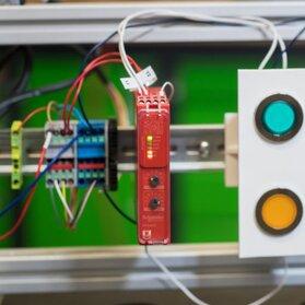 Jak diagnozować pracę przekaźnika? Kurs podłączania i konfigurowania przekaźników bezpieczeństwa dla maszyn i stanowisk produkcyjnych Cz.1