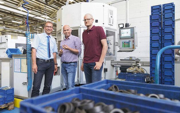 Jürgen Müller (drugi od lewej), szef maszyn specjalistycznych i Martin Prinzbach (po prawej), specjalista ds. projektowania maszyn dostrzegają znaczne zalety modułu mechatronicznego