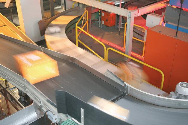 Centrum dystrybucji paczek we Frauenfeld – przenośniki o długości 2,1 tys. m zostały zainstalowane na wlocie i wylocie nowego sześciometrowego przenośnika poprzecznego. Centrum cały czas pracowało na pełnych obrotach