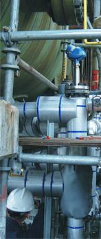 Falowodowy przetwornik poziomu Rosemount 5302 zamontowany w rafinerii na komorze separatora ropy i wody, pracujący w wysokiej temperaturze